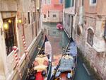 Canal_en_Venecia_con_gondolas