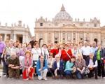 La expedición burgalesa en la Plaza de san Pedro en el Vaticano